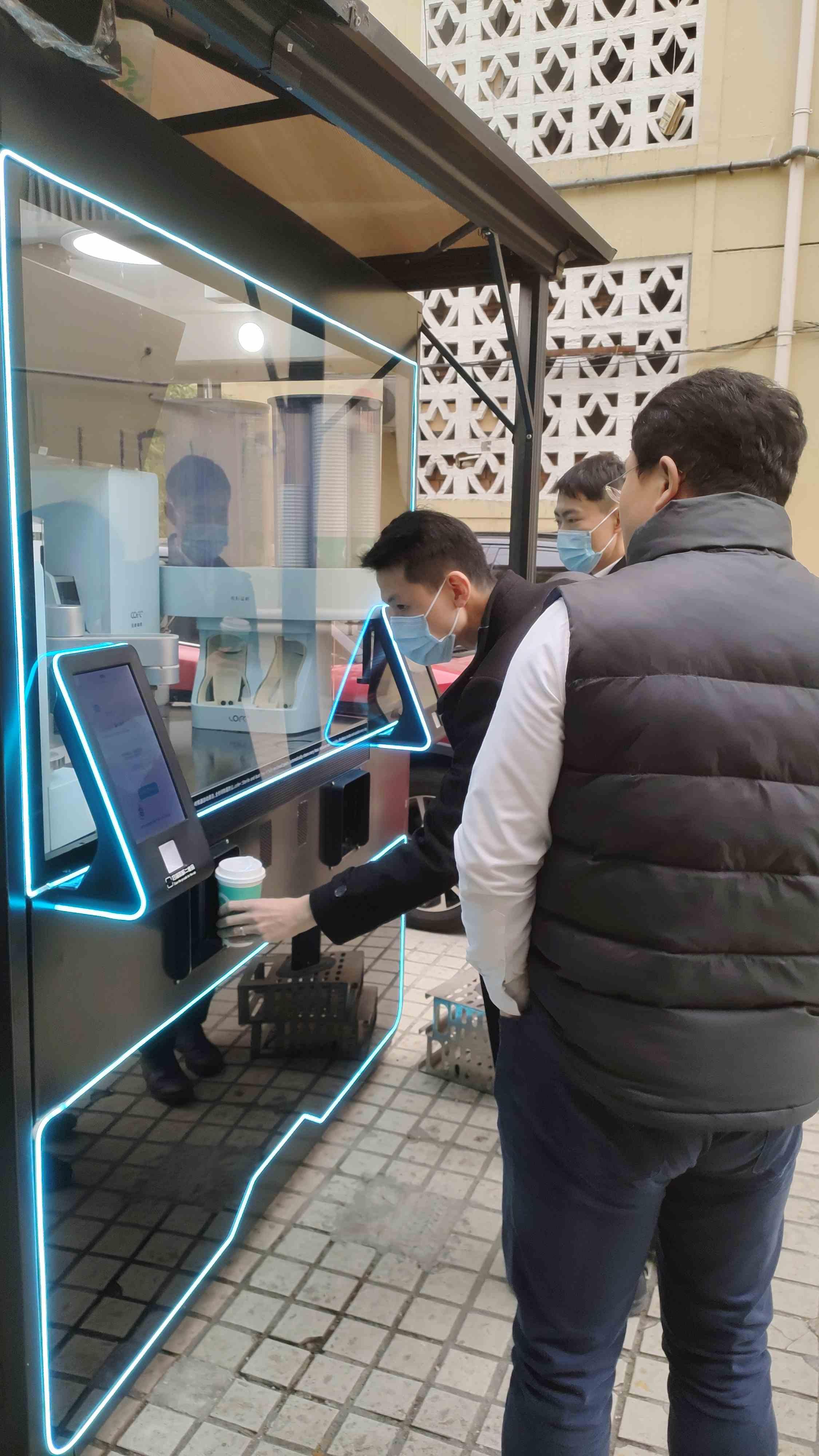 红星美凯龙领导来访上海氦豚科技,亲自体验COFE+机器人现磨咖啡