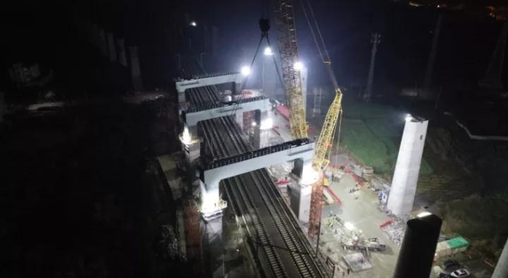 湖杭铁路攻克高难度吊装施工