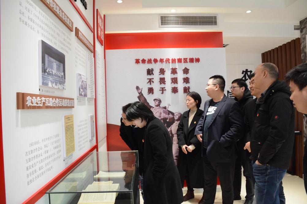农信集团组织参观市供销社文化荣誉展览室