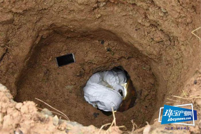 盗墓贼也有行规,坟墓中的金银珠宝可以盗,但有一样东西不能碰