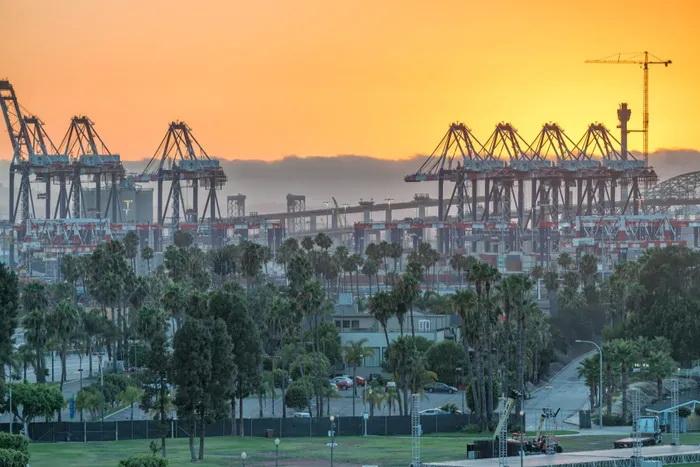 美西拥堵恶化!航拍停满集装箱船的南加州!码头运营商预计春季末摆脱窘境