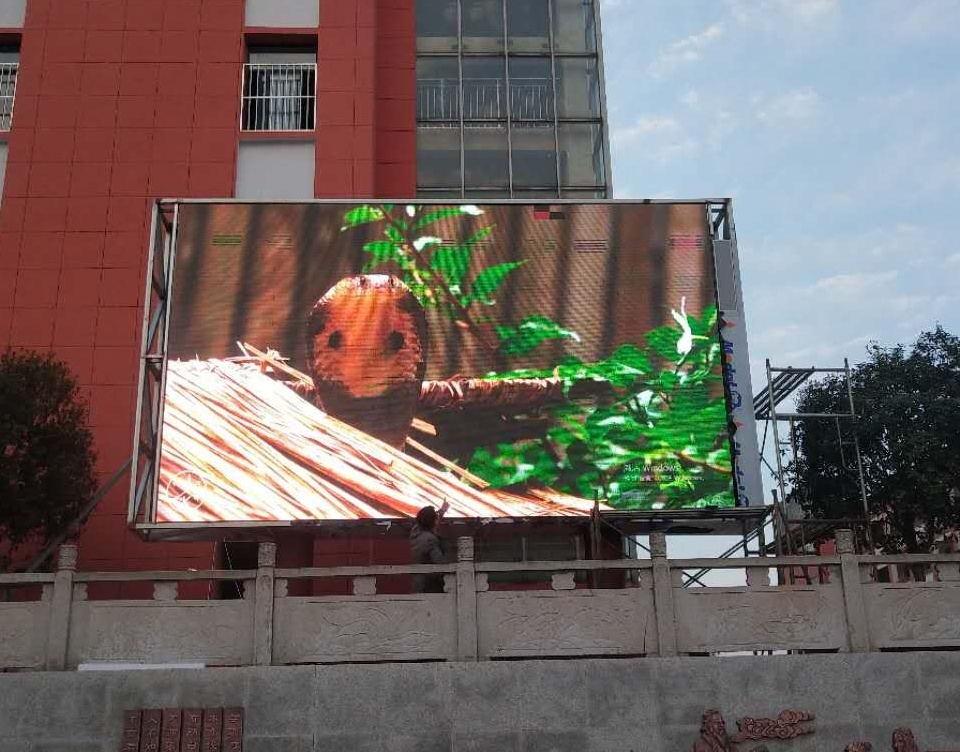 贵阳市河滨公园LED智慧路灯屏专用P2.94户外全彩标箱(奥马哈)