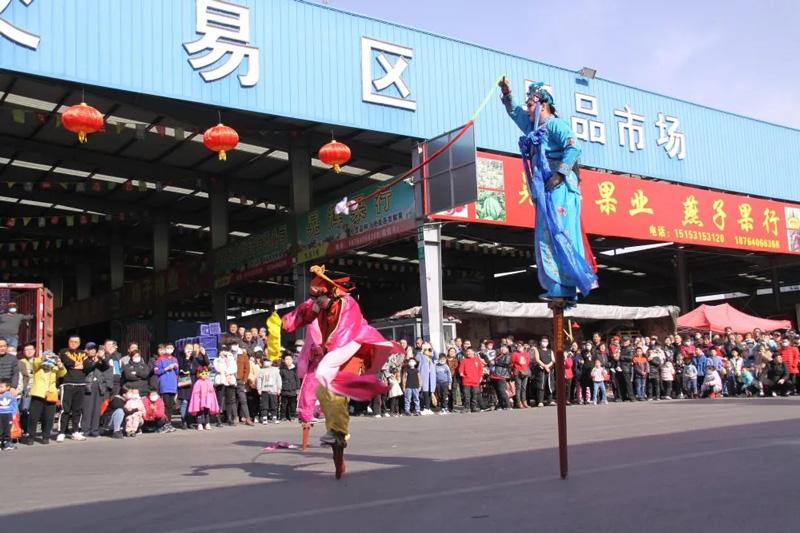 济南堤口果品批发市场喜迎高跷演出