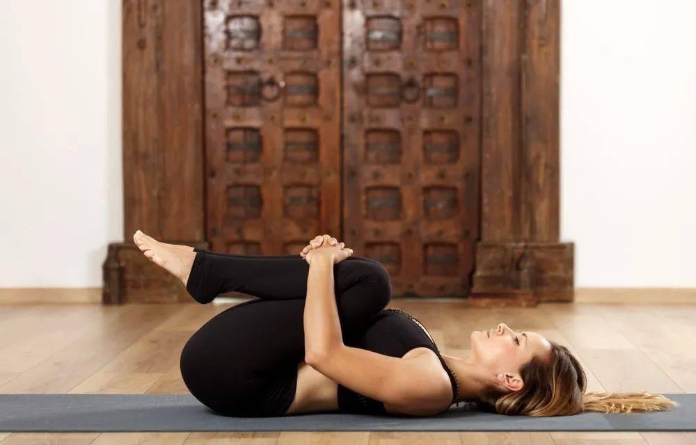 肌肉劳损,腰疼?在家躺着做这6个瑜伽动作!