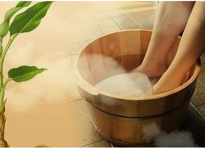 热水泡脚有助于养生