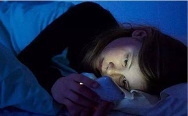 长期躺着玩手机会有哪些危害?