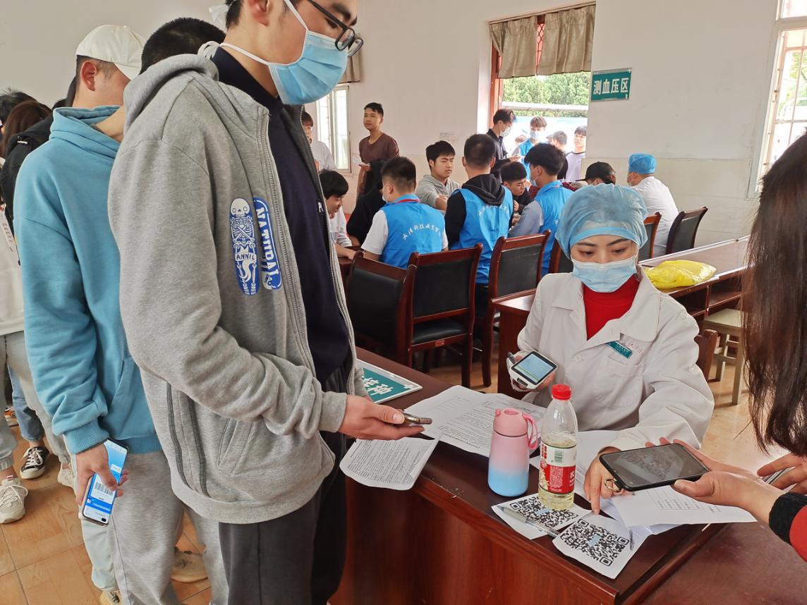 學校開展新冠疫苗集中接種工作