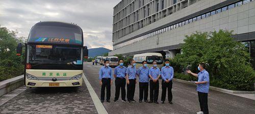 长运二公司护送支援南京市公共卫生医疗中心医护人员战疫情