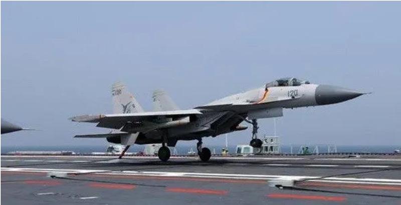 歼15完成夜晚伙伴空中加油,我航母编队已具备夜晚远程打击能力