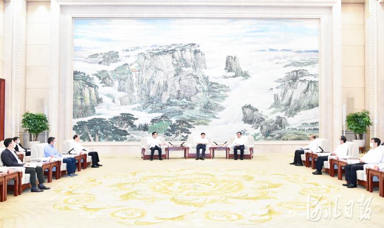 中国国际跨国公司促进会会长郑万通带领跨国公司代表团与河北省领导座谈