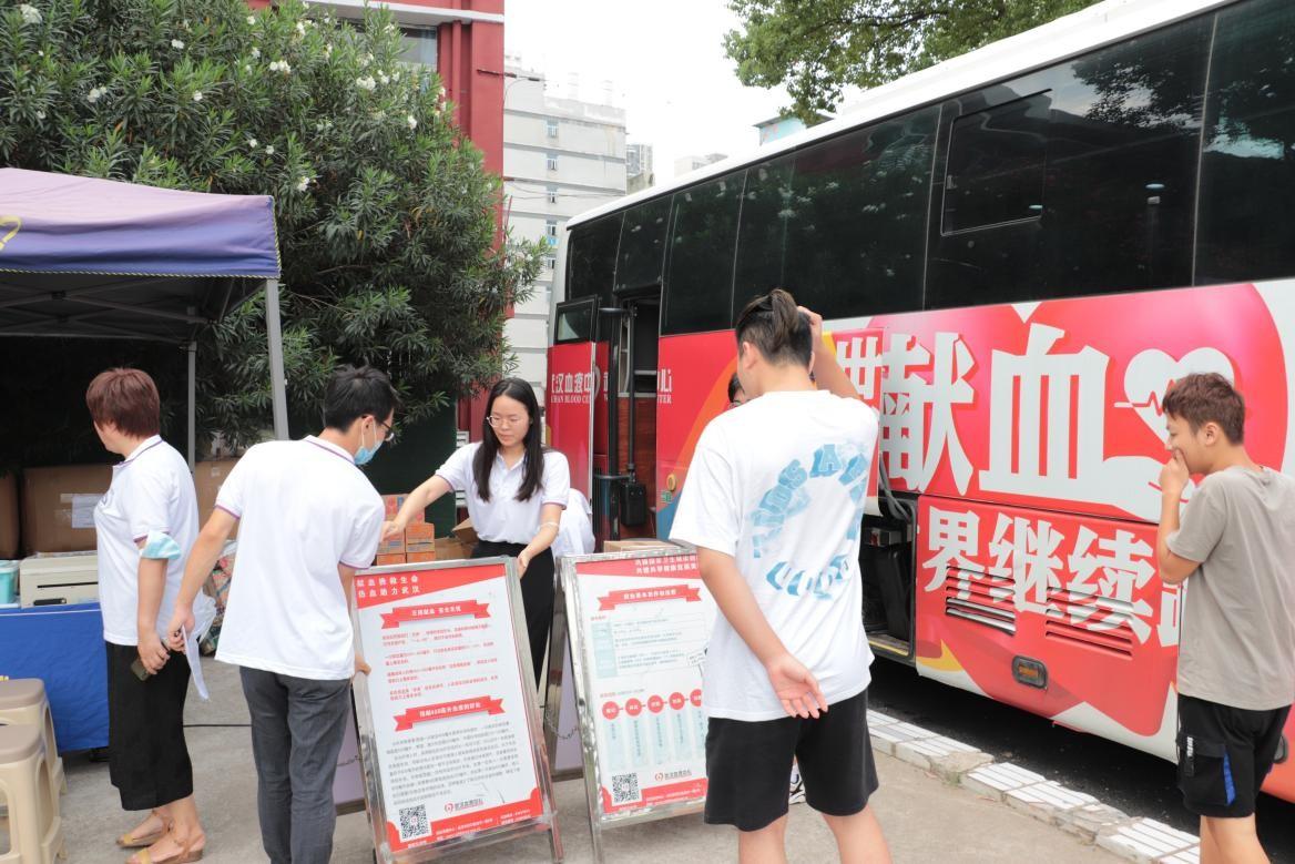我院组织百余名学生参加杨园街道  团体无偿献血活动
